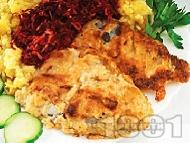 Панирано филе от бяла риба - пангасиус, тилапия, хек или костур пържено на тиган